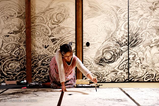 妙心寺退蔵院の「お抱え絵師」として襖絵を制作する村林由貴さんも椿氏に師事している