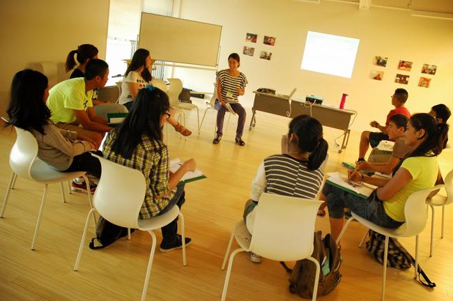 外国人の生徒向けの日本語クラスの様子(2013年のサマースクール)