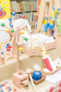 店頭で売られている木のおもちゃ。ハンマーで思い切り叩くことができるものもある